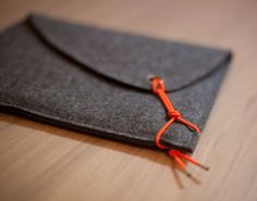 sCosy dark gray with neon orange elastic string My Bags, Purses And Bags, Crea Cuir, Sacs Design, Craft Bags, Pouch Bag, Pouches, Fabric Bags, Leather Working
