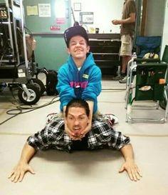 ethan & steve Ethan is so little omg aw ❤️ Carl Shameless, Shameless Memes, Shameless Tv Show, Badass Halloween Costumes, Carl Gallagher, Mickey And Ian, Lights Camera Action, Film Books, Film Serie