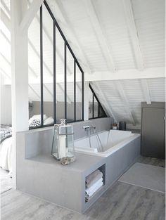 Si 2eme étage et si le sol peut supporter une baignoire: faux béton sur coffre bois