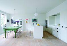 Martin og Rikke har lagt tre rum og en gang sammen, så de fik plads til et stort køkkenalrum. Det helt minimalistiske køkken har fået modspil af det gamle grønne spisebord fra La Finesse