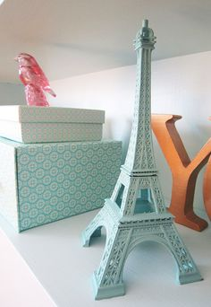 Paris la tour Eiffel on bookshelf