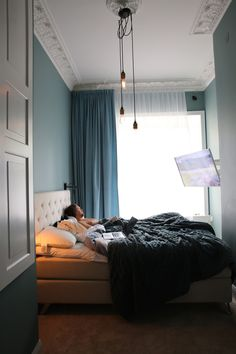 Discover recipes, home ideas, style inspiration and other ideas to try. Bedroom Corner, Small Room Bedroom, Room Decor Bedroom, Narrow Bedroom Ideas, Small Guest Rooms, Small Apartment Bedrooms, Family Room Decorating, Room Planning, Bedroom Layouts