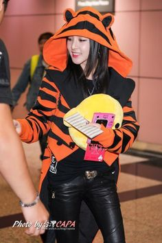 throwback! dara airport fashion. i really love this  Tiger Tuxedo Jacket. i hope it'll make its appearance again this year :D