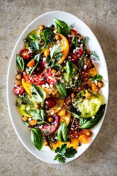 Salat, Sommer, Kichererbsen, Tomaten, Basilikum - Heirloom Tomato & Herb Salad With Fried Chickpeas & Capers Healthy Salad Recipes, Vegetarian Recipes, Cooking Recipes, Keto Recipes, Vegetarian Buffet, Tomato Salad Recipes, Pescatarian Recipes, Healthy Meals, Delicious Recipes