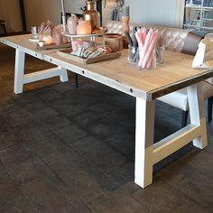 """Een echte """"Housemates Original"""" tafel, gemaakt in eigen werkplaats. Een ontzettend stoere tafel met steenschotten en robuust hardhouten onderstel. Verkrijgbaar in meerdere maten. onderstel kan ook in grijs en zwart. Hier afgebeeld in 280cm x 100cm en kost €895,- Voor meer informatie, neem gerust contact met ons op."""