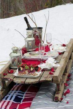 Ein Schlitten eignet sich perfekt zum Transport und als Tisch
