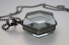 Sterling Silber Sechseck Glas Medaillon Halskette, Medaillon Anhänger, Medaillon Schmuck von archaicdesign auf Etsy https://www.etsy.com/de/listing/46110654/sterling-silber-sechseck-glas-medaillon