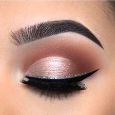 How to Match Your Eyeshadow Makeup With Any Indian Outfit light pink eyeshadow glitter eyeliner - Schönheit von Make-up Glitter Eyeliner, Glitter Makeup, Winged Eyeliner, Eyeliner Pencil, Glitter Gel, Glitter Hair, Glitter Vinyl, Silver Glitter Eye Makeup, Glittery Nails