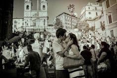 Ha colto l'attimo perfetto e ora vuole regalarlo ai protagonisti. Il fotografo, Federico Zaza, il pomeriggio del 14 giugno stava camminando per i vicoli di Roma con la macchina fotografica in mano. La sua attenzione è stata catturata da questo bacio di fronte alla celebre scalinata di Piazza