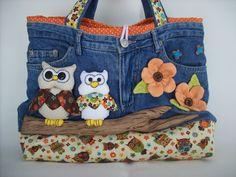 Bolsa Calça Jeans com Aplicação em 3D  Confeccionada em jeans e tecido 100% algodão. Toda estruturada. Pode ser feita em várias cores e estampas.  Uma bolsa diferente e bastante criativa. Ideal para ir ao club, a praia, ao colégio, a faculdade ao parque com as crianças. Dentro tem dois bolsos e um grande compartilhamento, cabendo bastante coisas.  * Sujeito a disponibilidade de tecido  * Fotos Ilustrativas R$ 120,00
