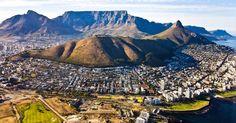 CIDADE DO CABO (ÁFRICA DO SUL): Muitos sul-africanos dizem que a Cidade do Cabo é a única metrópole do mundo que pode rivalizar em beleza com o Rio de Janeiro. De fato, este destino da África do Sul não decepciona os turistas: exibe uma linda paisagem montanhosa (na qual se destaca a Table Mountain, no fundo da foto) que se funde com uma orla recheada de belas praias e interessantes paisagens urbanas
