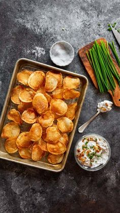 A recipe video for homemade potato chips with French onion dip by Michael Ruhlman. French Onion Dip, French Dip, Yummy Appetizers, Appetizer Recipes, Snack Recipes, Caramelized Onion Dip, Homemade Chips, Kettle Chips, Fruity Drinks