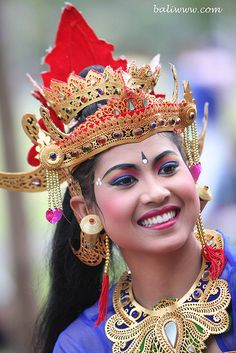 Indonesia is my dad's home country. We went to Bali in November Awesome heritage trip! We Are The World, People Around The World, Wonders Of The World, Beautiful Smile, Beautiful People, Voyage Bali, Costumes Around The World, Street Portrait, Cultural Events