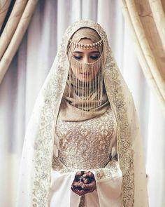 Source by ivanrossum hijab Muslim Wedding Gown, Hijabi Wedding, Wedding Hijab Styles, Muslimah Wedding Dress, Arab Wedding, Muslim Wedding Dresses, Muslim Brides, Dress Wedding, Wedding Abaya