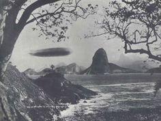 Esta foto foi capturada em 25 de maio de 1930, na Guanabara, RJ, Brasil. O Graf Zeppelin (LZ 127) foi um dirigível fabricado pela empresa Luftschiffbau-Zeppelin GmbH, na Alemanha. O dirigível era a grandiosidade personificada e simbolizava os avanços do transporte aéreo da época. Fez uma grande viagem na década de 1930 e sobrevoou cidades como Buenos Aires, no final de junho de 1934. Nesta viagem experimental, sobrevoou por cidades como Porto Alegre, Pelotas e Paranaguá, além de Joinville.