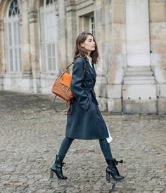 Maxi casaco azul escuro, bolsa marrom conhaque, caramelo