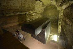 24 Misteriosas caixas pretas de granito lapidadas e extremamente pesadas são descobertas em túneis no Egito ~ Sempre Questione