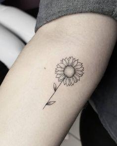 Tatuagem criado pelo artista Simon (tattoosimon_) de Belo Horizonte.    Margarida super delicada e pequena no braço.