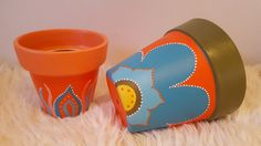 Combo de macetas pintadas en tonos naranjas y turquesas