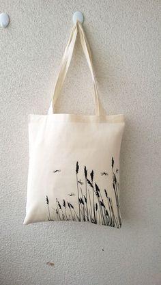 Jutebeutel – Bio-Jutebeutel von Edy Dark Libellen im Gras – ein Designerstück v… Jute Bag – Organic Jute Bag by Edy Dark Dragonflies in the Grass – a unique product by Tshirt-Paul on DaWanda Painted Canvas Bags, Canvas Tote Bags, Canvas Totes, Printed Tote Bags, Sac Tods, Diy Tote Bag, Jute Bags, Linen Bag, Cloth Bags