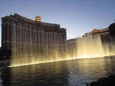 Quem vai para Las Vegas, pode até ficar sem jogar nos milhares de cassinos espalhados pela cidade, mas não pode deixar de ver o espetáculo das fontes do Bellagio Hotel!