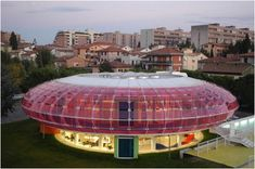 Biblioteca Sandro Penna, en Italia  Esta singular biblioteca de Perugia, Italia, tiene el aspecto de un platillo volador. Fue inaugurada en mayo de 2004 y el edificio fue diseñado por el arquitecto Italo Rota. La biblioteca está diseñada con espacios abiertos, con luz natural y con una decoración colorida.