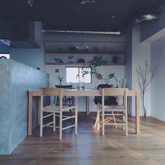 こちらのダイニングにはまったく色の違うチェアを二種類取り入れていますが、すべて丸みのあるデザインなので、統一感のあるコーディネートに。グリーンを置いたり壁に飾り棚を設置することにより、シンプルなダイニングでも素敵な空気感が生まれます。