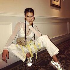 Bella Hadid. ¿Qué te parece este look de Bella Hadid? La verdad, que a nosotras no nos inspira mucho... Quizás el pantalón, pero... Todo lo que se pone Bella Hadid se vuelve tendencia. Pues aquí está.. #ootd #outfitoftheday #lookoftheday #fashion #style #outfit #look #clothes #fashionista #streetstyle #streetwear #streetfashion #trendy