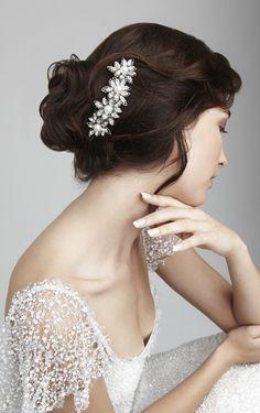 acconciatura raccolta sposa con gioiello. http://www.matrimonio.it/collezioni/acconciatura/2__cat