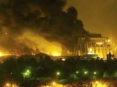 21 de março de 2003 - Ataques aéreos atingem Bagdá (© Goran Tomasevic/Reuters)