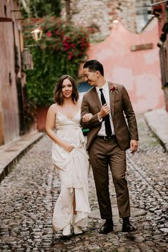 Wedding couple portrait at Mexico destination wedding | Image by Pierce Weddings Wedding Advice, Wedding Couples, Wedding Blog, Wedding Styles, Destination Wedding, Boho Wedding Dress, Wedding Dresses, Bohemian Wedding Inspiration, Ceremony Dresses