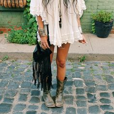 Here's what to wear to music festivals. These music festival outfit ideas will have you ready for Coachella. These Coachella outfits are cool concepts too! Boho Chic, Look Hippie Chic, Look Boho, Gypsy Style, Hippie Style, Bohemian Style, Hippie Boho, Festival Looks, Festival Style