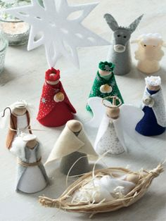 Found at http://www.allaboutyou.com/craft/knit-free/christmas-craft-clothes-peg-nativity-scene