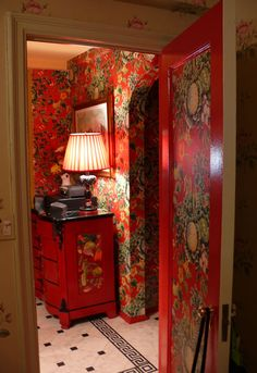 Eye For Design: Red Interiors Are Fabulous.Especially At Christmas Home Design, Red Interior Design, Interior And Exterior, Interior Decorating, Cabin Decorating, Style At Home, Berlin Apartment, Red Rooms, Red Interiors