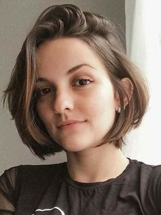 Best Chin Length Bob Haircuts for Women in 2018 Women who are searching for best bob hair cuts they should visit here for amazing styles of chin length bob hairstyles and haircuts with charming looks to sport in year Bob Haircut For Round Face, Round Face Haircuts, Short Bob Round Face, Bob Haircuts For Women, Short Bob Haircuts, Haircut Short, Haircut Bob, 2018 Haircuts, Chin Length Haircuts