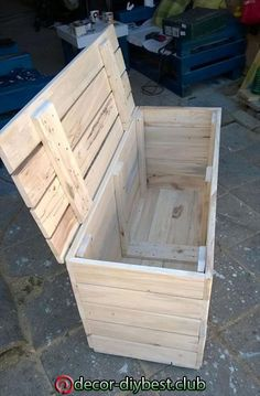 Pallet Furniture Ideas Wood Pallet Chest Box - Easy Pallet Ideas - Like we have made this DIY pallet chest box a very practical pallet projects for you to bring some organized and mess free style statements in your home Diy Garden Furniture, Pallet Furniture, Furniture Projects, Furniture Storage, Furniture Plans, Furniture Makeover, Antique Furniture, Painted Furniture, Modern Furniture