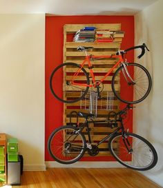 Bike storage can be challenging. Check out these 14 Ways of Reusing Old Wooden Pallets as Bike Racks to solve your bike-storage woes! Pallet Patio, Pallet Art, Pallet Projects, Woodworking Projects, Diy Pallet, Pallet Ideas, Craft Projects, 1001 Pallets, Recycled Pallets