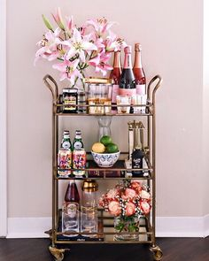 Use these convenient bar cart ideas in your apartment home. Over thirty bar cart ideas perfect for your apartment. Feed your design ideas now. Home Bar Decor, Bar Cart Decor, Ikea Bar Cart, Diy Bar Cart, Deco Table Noel, Gold Bar Cart, Black Bar Cart, Bar Cart Styling, Office Lounge