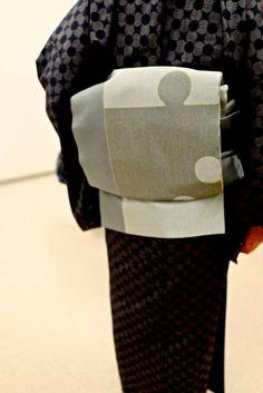 製織終了になった南蛮七宝『大島紬(茶)』を見せて頂きました。 帯は『作楽』シリーズのパズル柄です。 もちろん好みは分かれると思いますが、とっても楽しいコーディネートでした。
