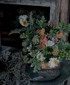 春には良い香りがする花がたくさんあります。香りを楽しむブーケを贈るのも素敵ですよね。  #パンジー #ヒヤシンス #アプリコット #芦屋 #配達 #花を飾る #チェスト #アンティーク #シャビーシック #香りを楽しむ #フラワーショップ