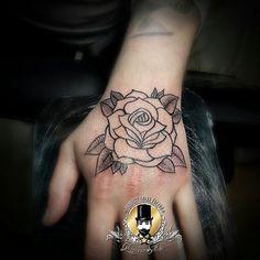 #perfectcrimetattoo #passion #loveunconditionally #ghiacciosottile #oldschool #rose #sanstinoink #tattoolife #tattoo #thewayifeel #tattoohands