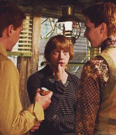 Fred Ron & George Weasley (Harry Potter and the Deathly Hallows) Anel Harry Potter, Saga Harry Potter, Mundo Harry Potter, Theme Harry Potter, Harry Potter Aesthetic, Harry Potter Universal, Harry Potter Characters, Harry Potter World, Ron Weasley
