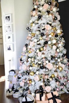 Christmas Living Room Makeover For many people, decorating for Christmas can prove to be a bit diffi Black Christmas Trees, Merry Christmas, Christmas Tree Themes, Elegant Christmas, Gold Christmas, Christmas Tree Decorations, Christmas Tree Ornaments, Holiday Decor, Christmas Tree Inspiration