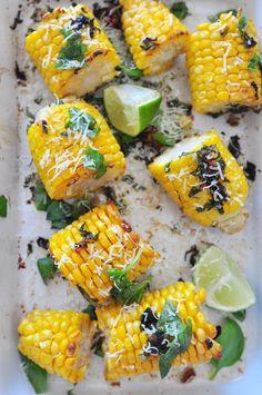 Kolby kukurydzy z masłem czosnkowym, orzechami włoskimi i parmezanem