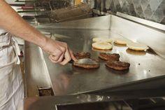 Ran ans Frischfleisch: McDonald's will auf frisches Fleisch umsteigen. Oberstes Gebot aber bleibt für alle Fastfood'ler die Hygiene bei der Zubereitung. Für die notwendige Wohlfühlatmosphäre von Hack und Hähnchen sorgen vollintegrierte Küchensysteme aus Edelstahl Rostfrei. © WZV / iStock.com / Oktay Ortakcioglu