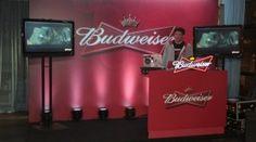 DJ tocando música na festa da Budweiser