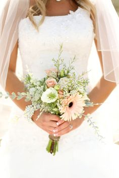 I don't even mind if it's this small. rustic bridal portraits // mallory dawn photography For Corrie...the link is for photo ideas but I thought you'd like the flowers