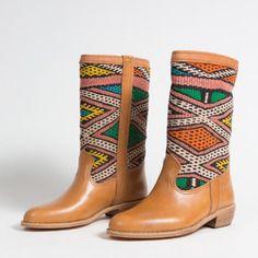 www.cewax.fr aime les chaussures de style ethnique, tendance tribale. Retrouvez tous les articles sur la mode afro sur le blog de CéWax: http://cewax.wordpress.com/ et des sacs et bijoux ethniques en boutique: http://cewax.alittlemarket.com. #African prints shoes african prints pattern fabrics, kitenge, kanga, pagne, mudcloth, bazin, Style ethnique, tribal, #wax, #ankara, #kente, #bogolan, #Africanprintfashion, #ethnotendance - Bottes couleur havane/orange/vert. réf. : lol1-39