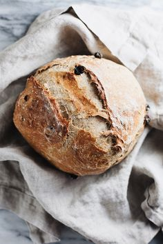 The most delicious homemade cinnamon raisin bread! Perfectly baked in a dutch oven and has the most perfect taste and texture. Dutch Oven Bread, Dutch Oven Recipes, Baking Recipes, Chef Recipes, Soup Recipes, Cooking Bread, Bread Baking, Yeast Bread, Pain Aux Raisins