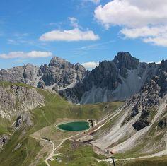 Oft werde ich gefragt ob ich nur am Berg bin und nicht arbeite. Es ist alles eine Frage der Einteilung. Ich habe das Glück nicht einen 9-5 Job zu machen. Ich bin heute um 3:30 aufgestanden kurze Meditation und dann Arbeiten bis kurz nach 9 Uhr dann auf den Berg und seit 16:00 Uhr wieder beim arbeiten.  #dnx #intirol #motivation #austria #mountain #openmyworld #goplayoutside #greatnorthcollective #wildernessculture #letsgosomewhere #ourplanetdaily #wildlifeplanet #stayandwander #campvibes…